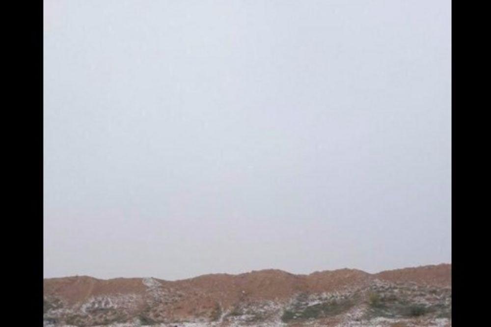 (FOTO I VIDEO) PAO SNEG USRED PUSTINJE: Kuvajćani ne veruju svojim očima