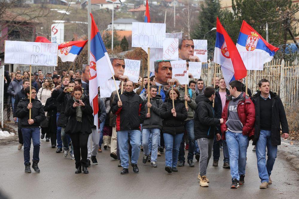 (FOTO) BLOKIRAN CENTAR KOSOVSKE MITROVICE: Održan protest zbog presude Oliveru Ivanoviću