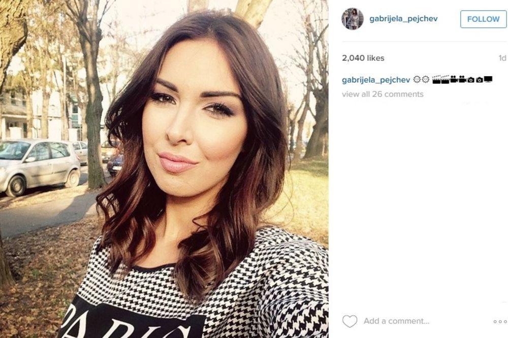 (VIDEO) GABRIJELA SE SNIMALA U OGLEDALU: Pogledajte ko je nasmejao pevačicu u KREVETU!