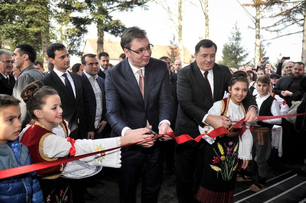 VUČIĆ OTVORIO ŠKOLU U ŠAMCU: Deco uživajte u novoj školi, a Srbija će još više pomagati Srpsku!