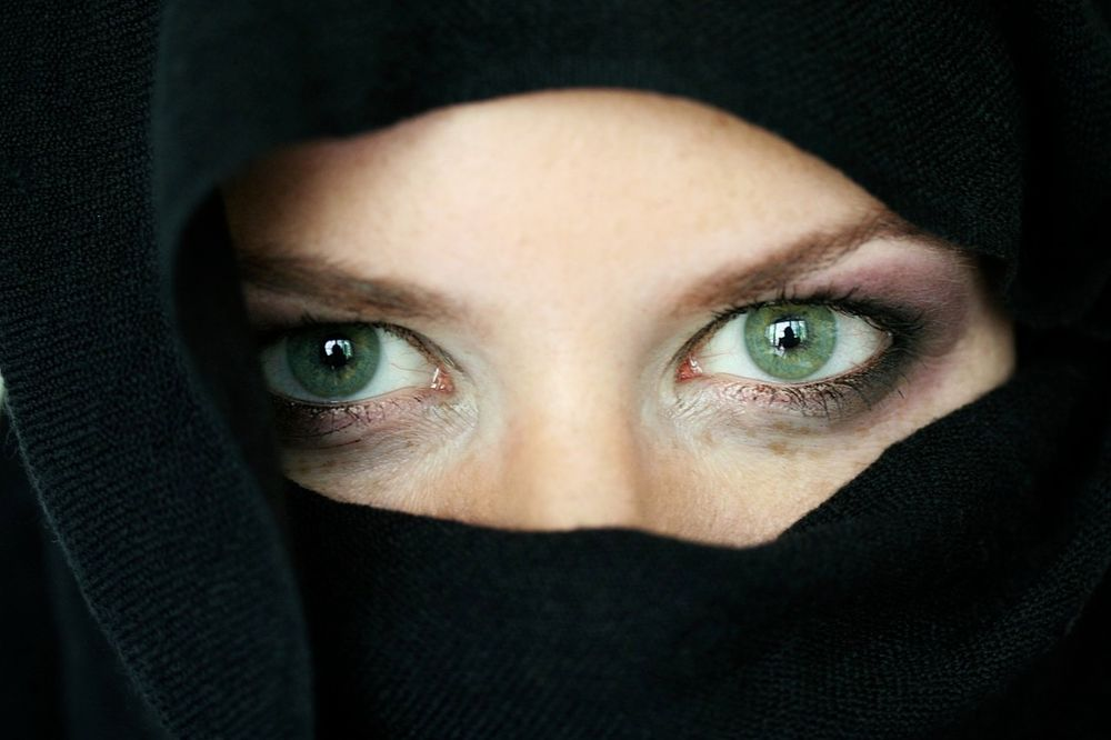 DEVOJČICE DŽIHADISTKINJE POKUŠALE UBISTVO: Napale čoveka nožem i htele da umru za islam