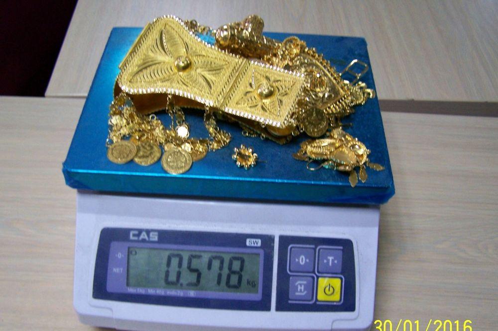 SPREČEN ŠVERC NA BATROVCIMA: Pojas od zlata, narukvice, minđuše i prsten krio između sedišta