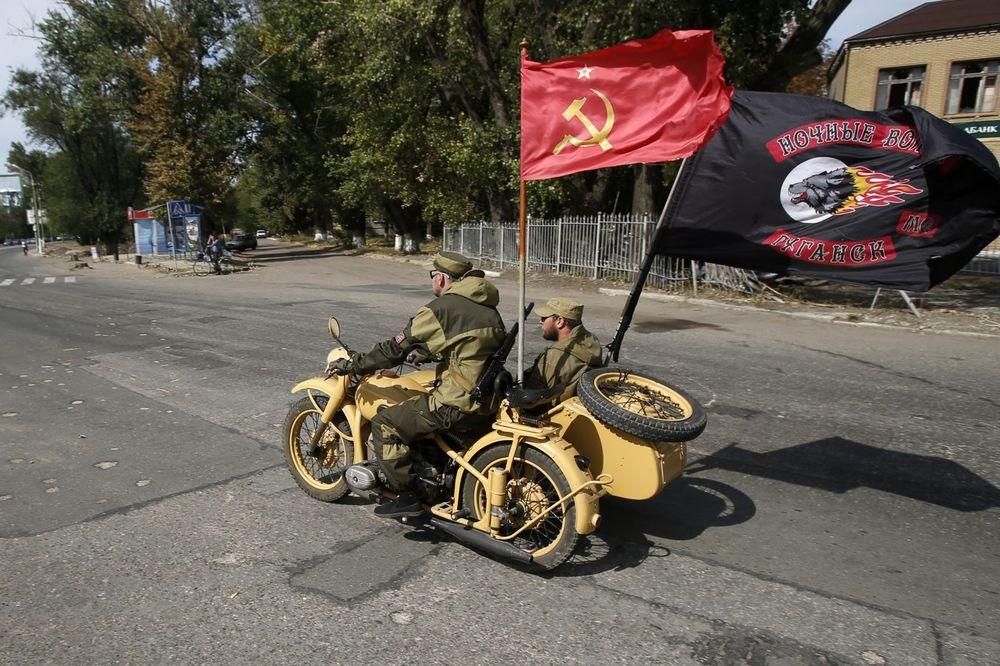 (VIDEO) NOĆNI VUKOVI U UKRAJINI: Putinova moto milicija maršira Luganskom