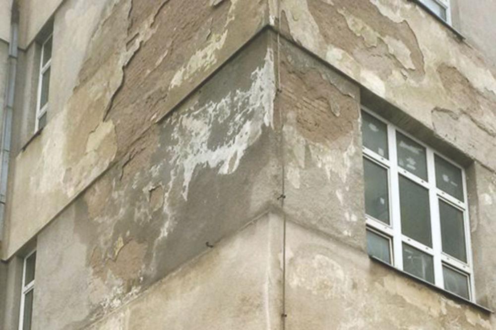 OPASNO: Pada fasada sa škole, učenici su ugroženi!
