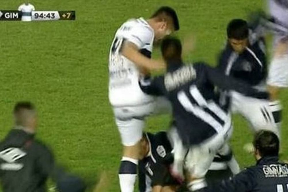 (VIDEO) NIJE SE ZNALO KO KOGA UDARA: Pogledajte jednu od najbrutalnijih tuča u istoriji fudbala