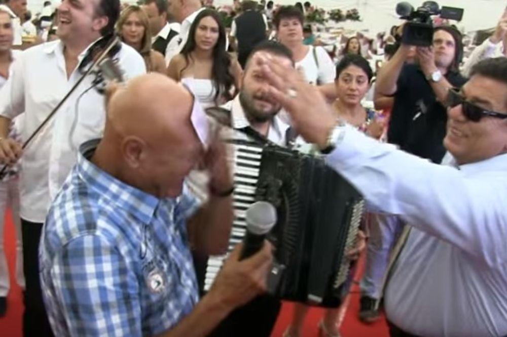(VIDEO) OVAKO JE KUPIO VILU NA DEDINJU: Pljunuo na 500 evra pa zalepio Šabanu na čelo!