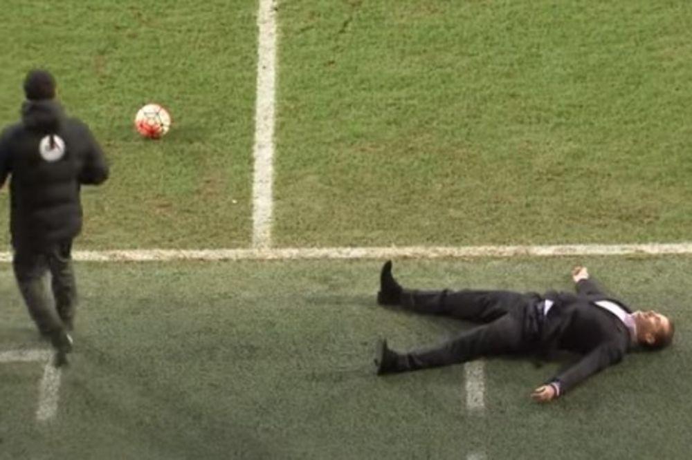 (VIDEO) KAKAV CAR: Menadžer Piterbora održao čas glume na utakmici FA kupa!