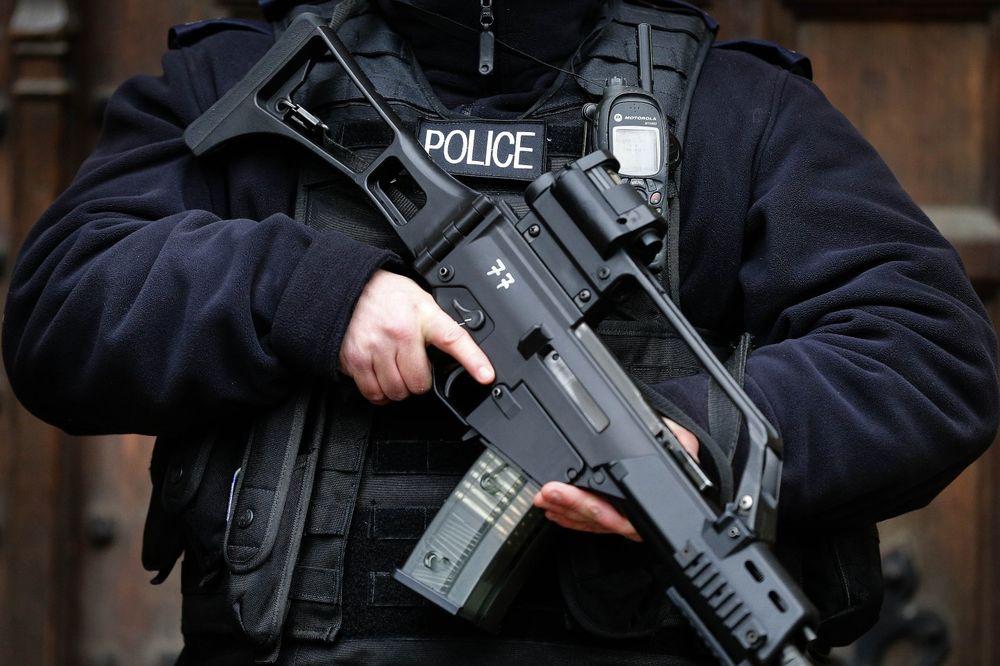 PANIKA U ŠKOTSKOJ: Čovek opasan eksplozivom šeta Edinburgom!