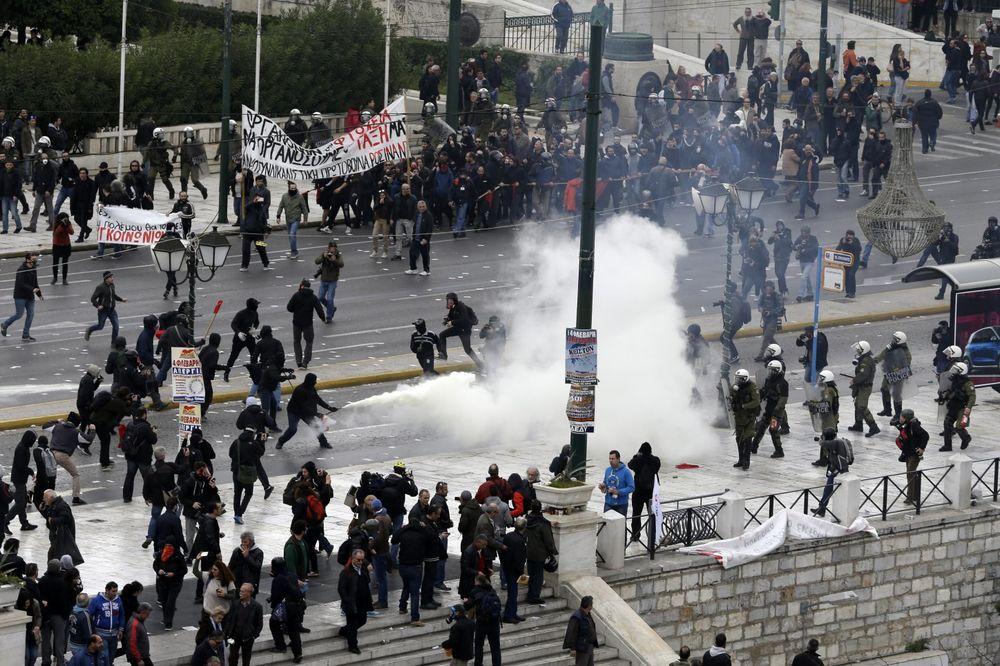 (VIDEO) RAT NA ATINSKIM ULICAMA: Demonstranti bacali benzinske bombe, palili kola i razbijali izloge