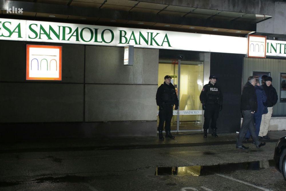 PLJAČKA BANKE U SARAJEVU: Dvojica naoružanih upala u poslovnicu i odnela novac, potera u toku!