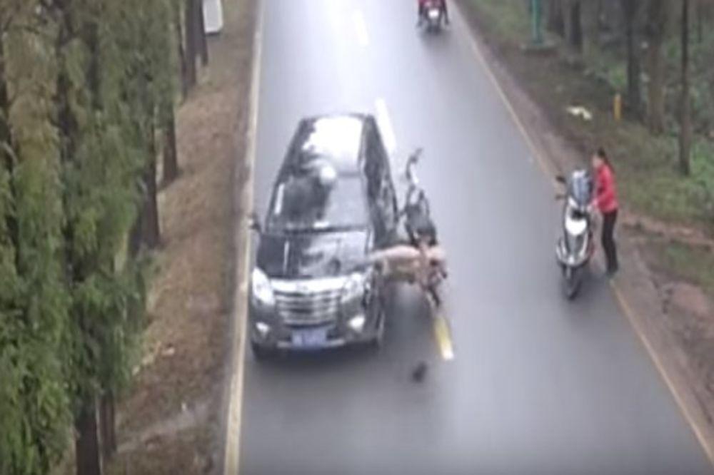 (VIDEO) NJEGA JE SAM BOG SAČUVAO: Ovakvu saobraćajku još niste videli