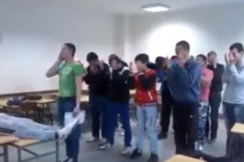 (VIDEO) ĐACI ISMEVALI ISLAM: Učenici iz Modriče klanjali dženazu u učionici!