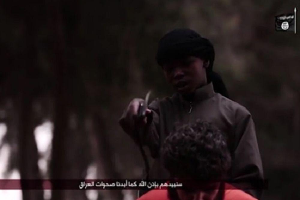 (UZNEMIRUJUĆI VIDEO) NEMA KRAJA ZVERSTVIMA Dečak (10) džihadista odrubio glavu taocu!