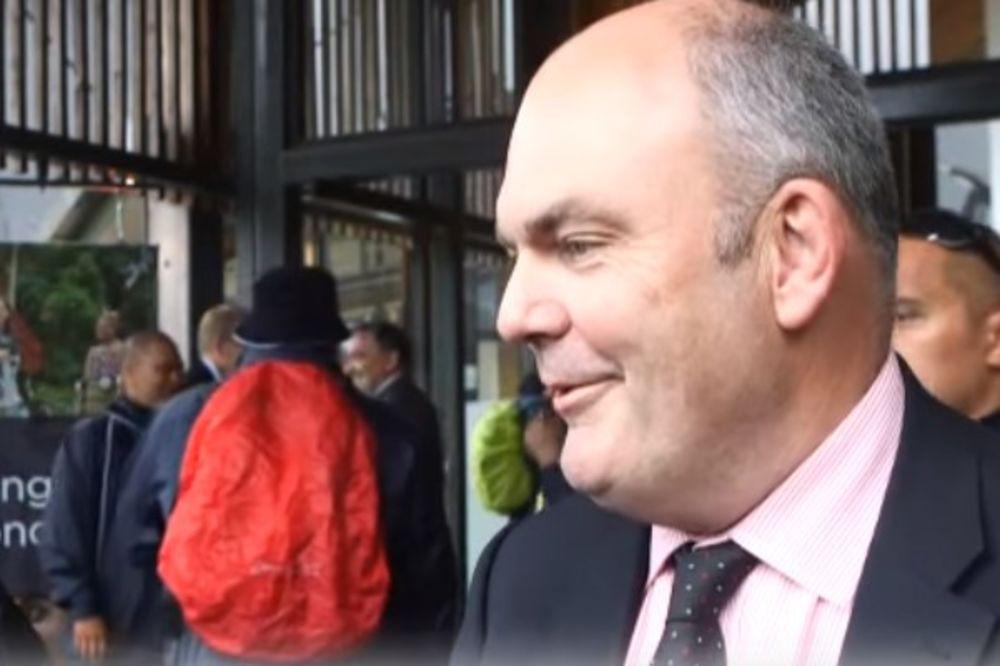 (VIDEO) GAĐALA MINISTRA GUMENIM PENISOM: Protestovala zbog štetnog ugovora