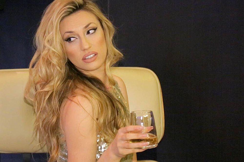(VIDEO) RADO, ŠTA TO PIJEŠ: Ovako pevačica zaboravlja Momira!