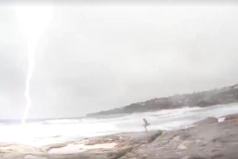 (VIDEO) OVU ŽENU ZAMALO DA UDARI GROM: Ali titlovi na snimku su najbolji deo. Ubedljivo!