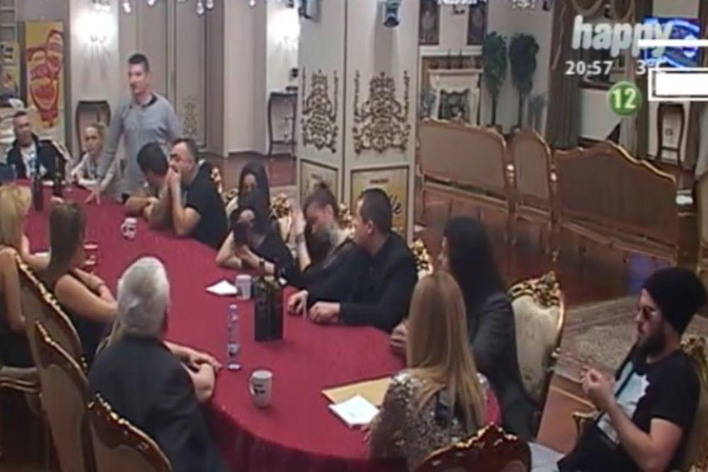 (VIDEO) NOVA TUČA U PAROVIMA: Čupo gađao Ružicu šoljom, jedva su ga smirili