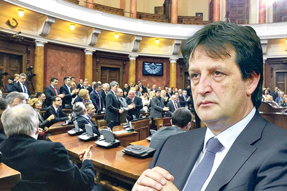 PARLAMENT PONIZIO SVE ŽENE: Aplauzom pozdravili prostaka Gašića!