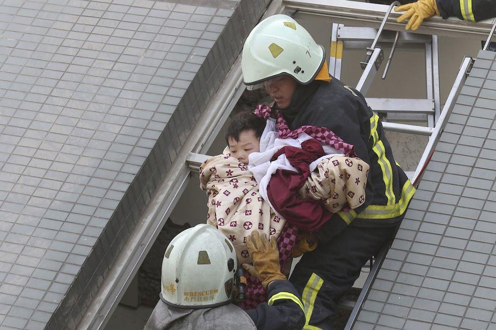 (FOTO) JAČI OD SMRTI: Mališani živi izvučeni ispod ruševina posle zemljotresa u Tajvanu