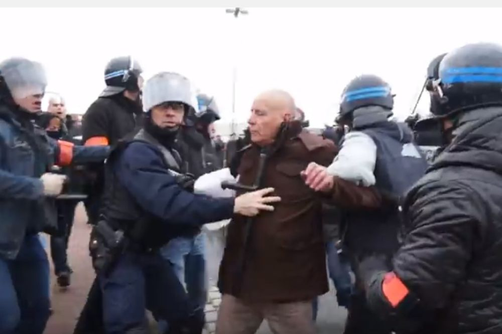 (VIDEO) NEREDI U FRANCUSKOJ: Bivši komandant Legije stranaca uhapšen na protestu Pegide!