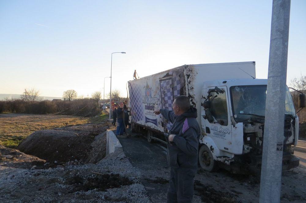(FOTO) POTPUNO GA UNIŠTIO: Pijani Nišlija ukrao kamion sa mlekom, pa se prevrnuo u jarak!