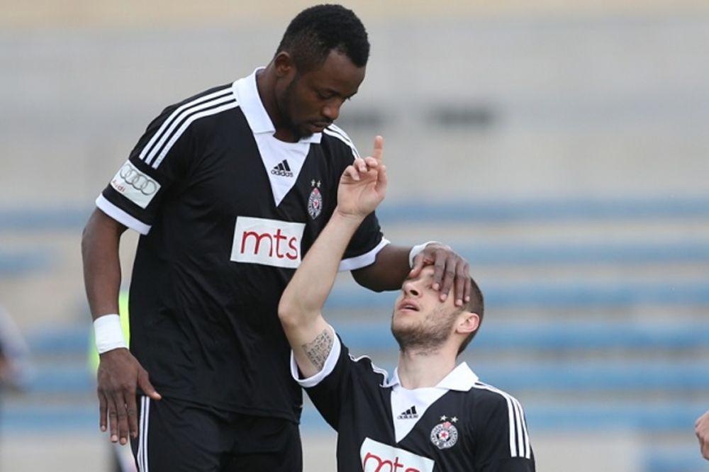 (VIDEO) PAD NA KOLENA I POGLED KA NEBU: Pogledajte emotivnu reakciju fudbalera Partizana posle gola