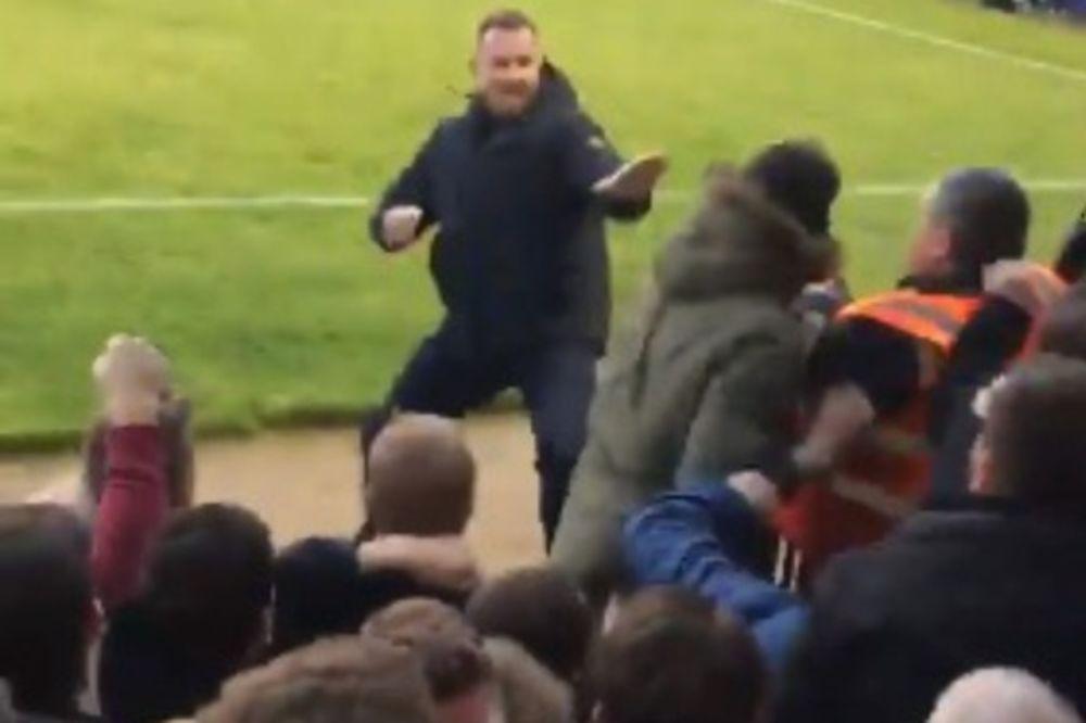 (VIDEO) HRABAR ILI LUD: Uleteo na teren, došao do neprijateljskih navijača i počeo da ih mlati!