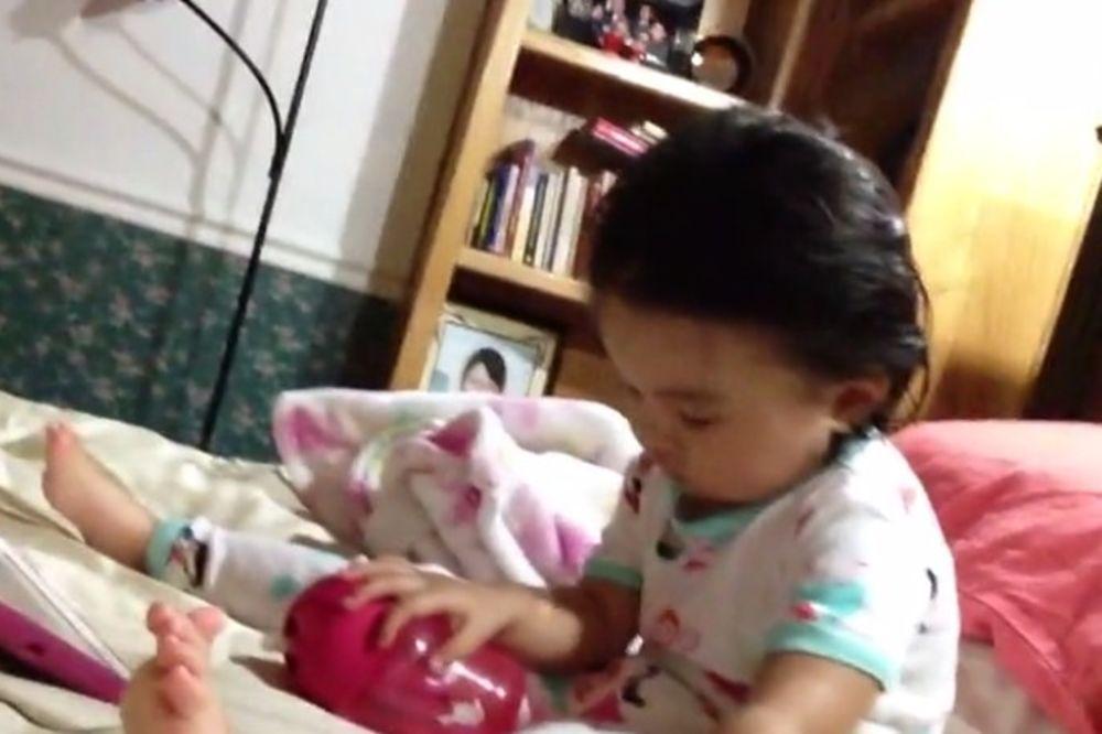 (VIDEO) PRESLATKO: Ova beba je previše umorna da bi plakala!