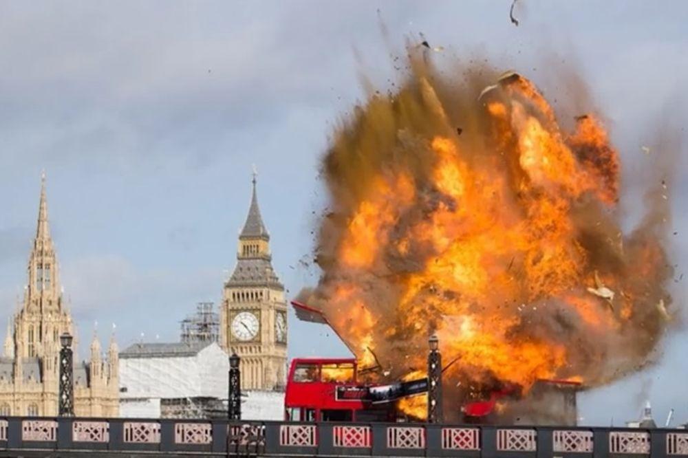 (VIDEO) ŠOK MEĐU TURISTIMA U LONDONU: Eksplodirao autobus nedaleko od parlamenta!