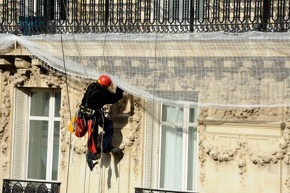 PSOVALA I PRETILA: Profesionalnom penjaču žena presekla uže na osmom spratu