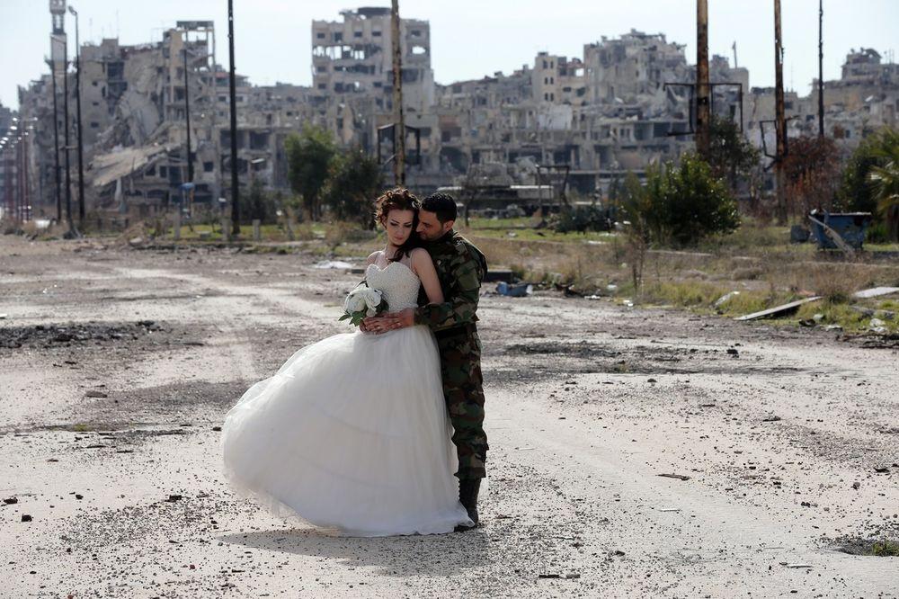 (FOTO) LJUBAV POBEDILA RAT: Sirijski par se venčao pred ruševinama Homsa