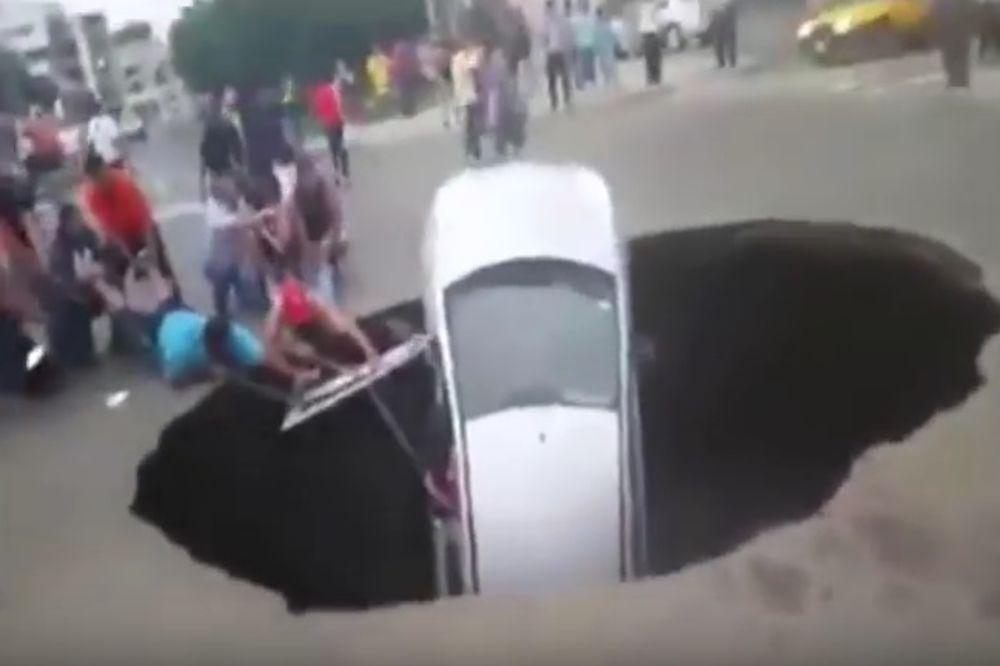 (VIDEO) OTVORILA SE ZEMLJA: Automobil progutala ogromna rupa na putu