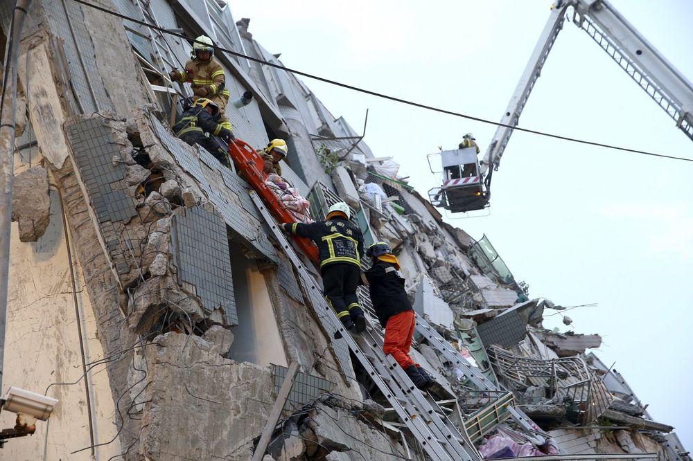 (VIDEO) PREŽIVELI 48 SATI POD HRPAMA ŠUTA: Dve osobe izvučene žive iz ruševina zgrade u Tajvanu