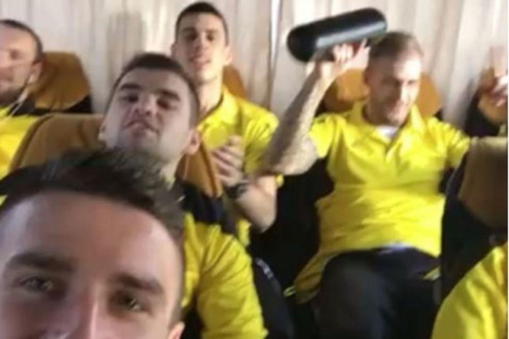 (VIDEO) ZEK ZEK DADUMLE: Trešte narodnjaci u autobusu Šerifa iz Tiraspolja!