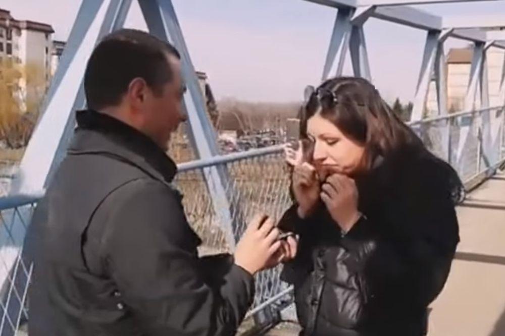 (VIDEO) ORIGINALNA PROSIDBA: Stajali su na mostu u Beogradu, a kad je pogledala dole...