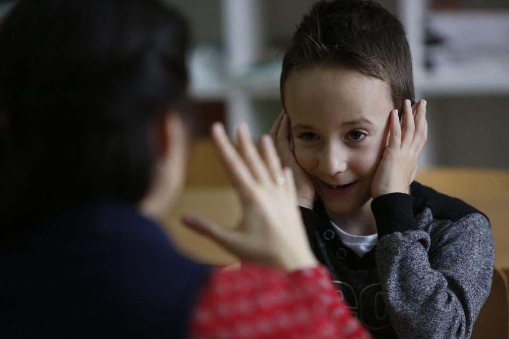 (FOTO) ONI SU ODUŠEVILI SVET: Ceo razred u Sarajevu naučio znakovni jezik zbog gluvonemog drugara
