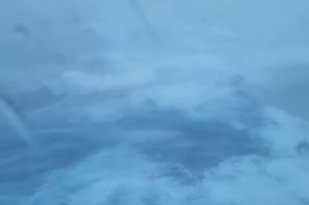 (VIDEO) KRSTARENJE IZ PAKLA: Kruzer uplovio pravo u orkan, oluja besnela satima
