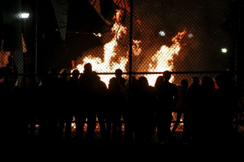 ZAPALIO SE BRITANSKOJ KRALJICI ISPRED NOSA: Iz čista mira buknuo i nestao u plamenu