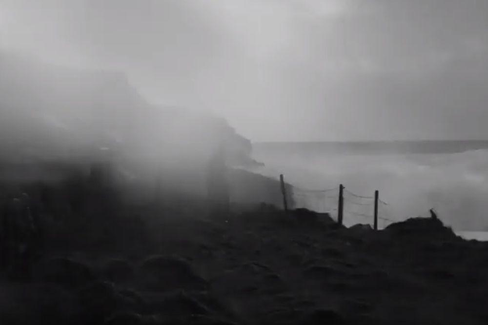 (VIDEO) OLUJA SVIH OLUJA: Ogromni talas prekrio celo selo u Britaniji!