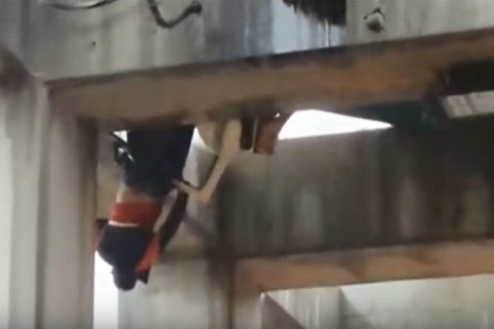 (VIDEO) HOROR NA MOSTU U IZRAELU: Dečak (10) ispao iz kamiona i visio naglavačke 13 metara iznad tla