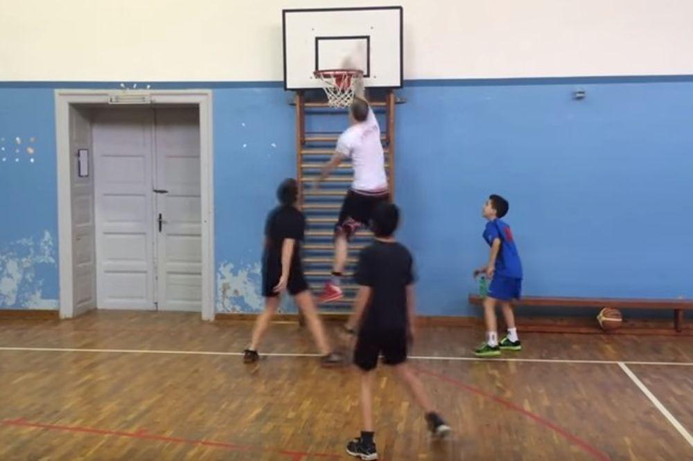 (VIDEO) BOBI IZ KIKINDE: Ovako ulični basketaš imitira Marjanovića