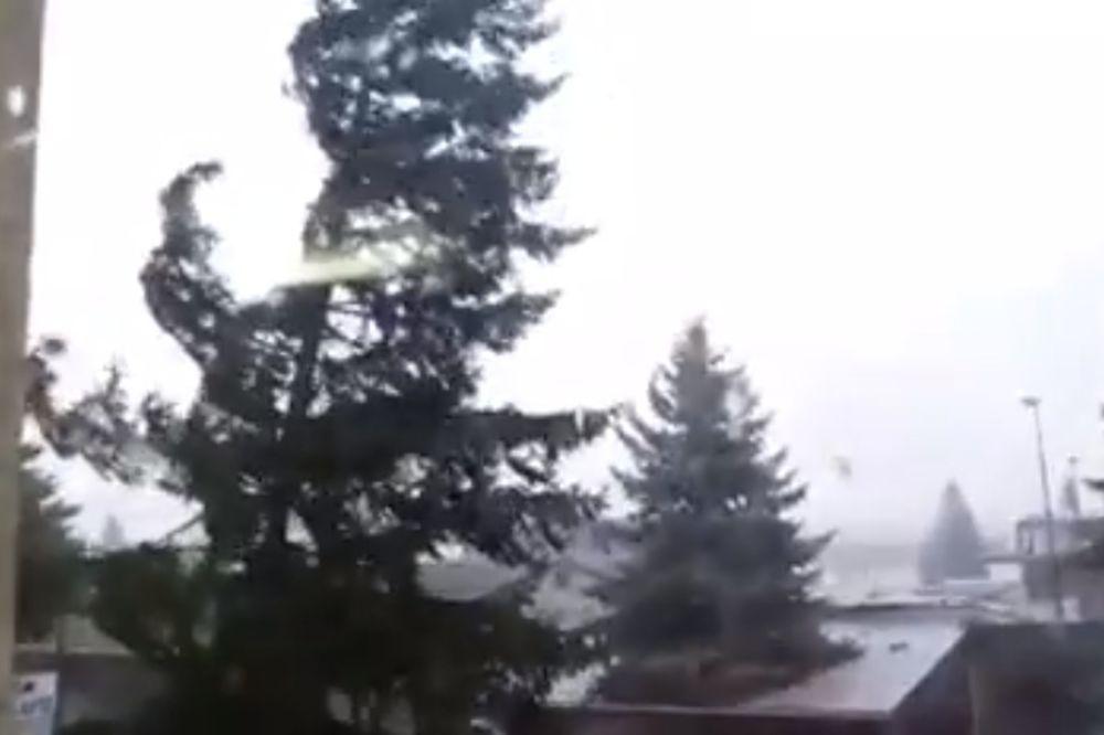 (VIDEO) NEVREME POGODILO BANJALUKU: Oluja obarala drveće i nosila krovove, delovi grada poplavljeni!