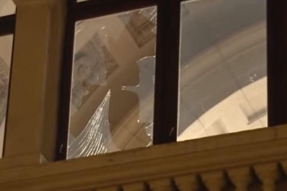 (VIDEO) STAKLO SE SRUČILO U HOL: Jak vetar polomio prozor na Skupštini Srbije