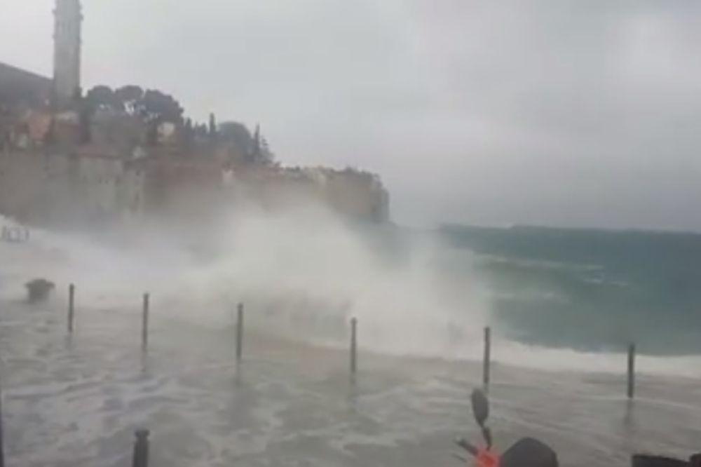 (FOTO, VIDEO) HAOS NA HRVATSKOM PRIMORJU: Talasi bacali ribarske brodove na obalu, nivo mora raste!