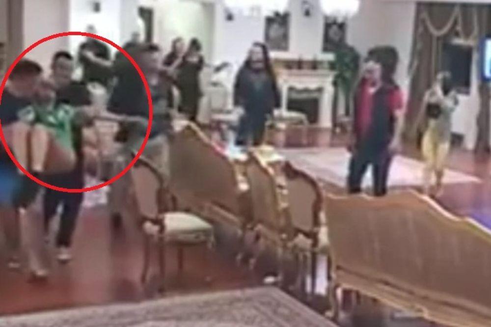 (VIDEO) PROCURIO SNIMAK RUŽICA NOKAUTIRANA: Dobila pesnicu u glavu?!
