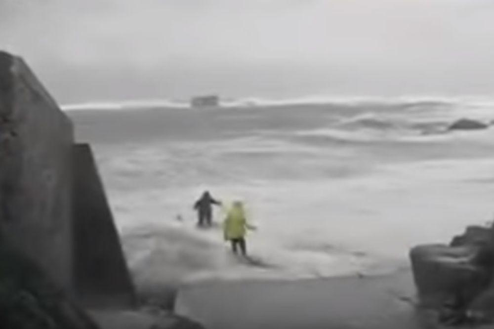 (VIDEO) DRAMA NA PLAŽI U BRETANJI: Dvoje penzionera pokupili talasi, a onda se pojavio jedan turista