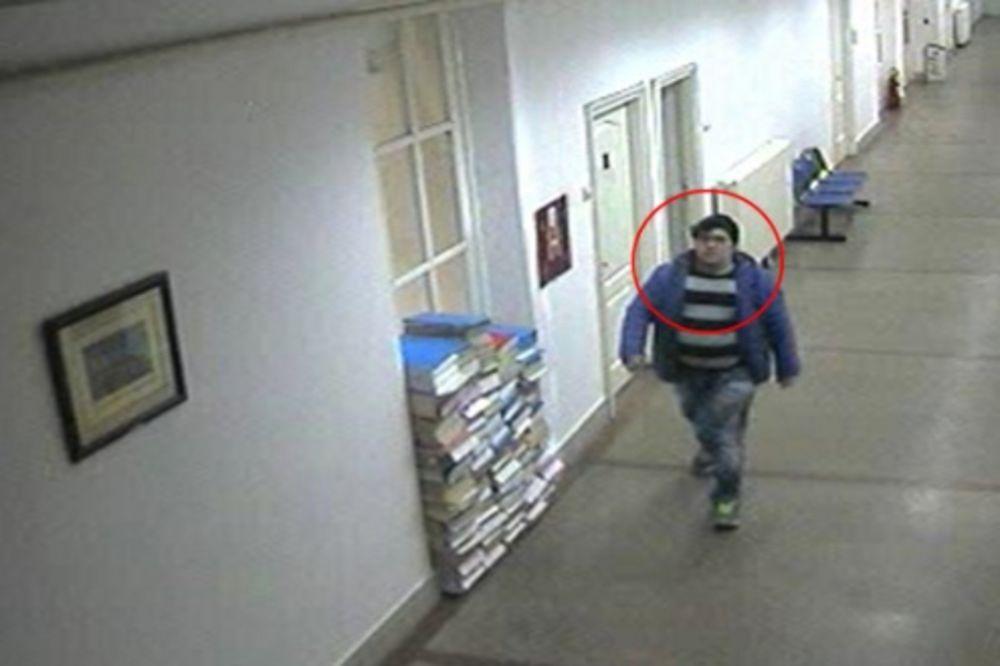 (VIDEO) PLJAČKA U OPŠTINI ZEMUN: Ukrao iz kancelarije telefone, zaključao vrata i pobegao