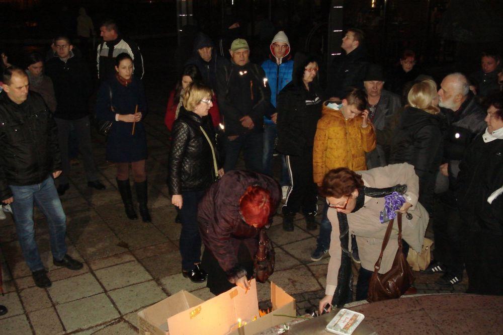 DVE GODINE OD TRAGEDIJE: Nišlije upalile sveće za Vuka Stojiljkovića