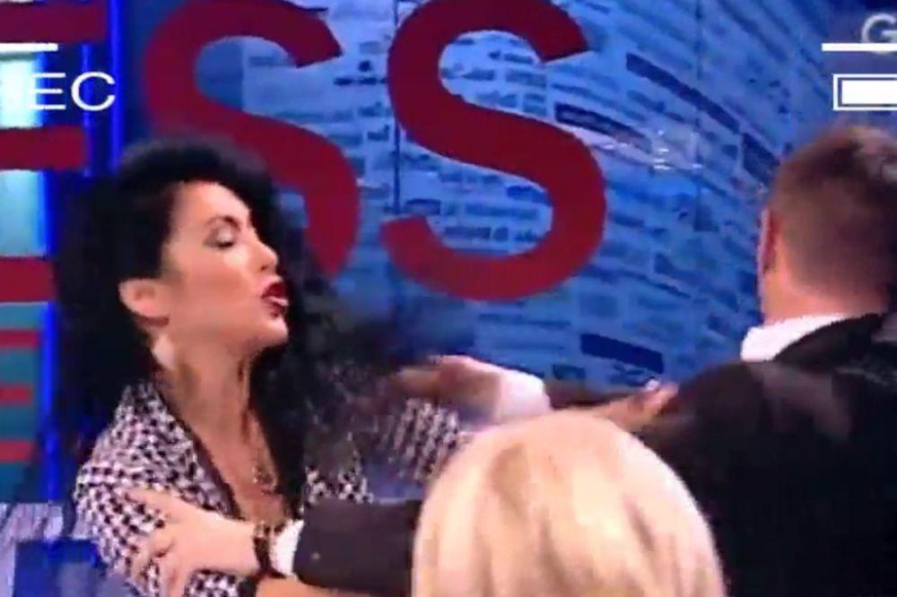 (VIDEO) VENDI OPET BIJE: Voditelj joj postavio pitanje, ona mu papir zgurala u usta!
