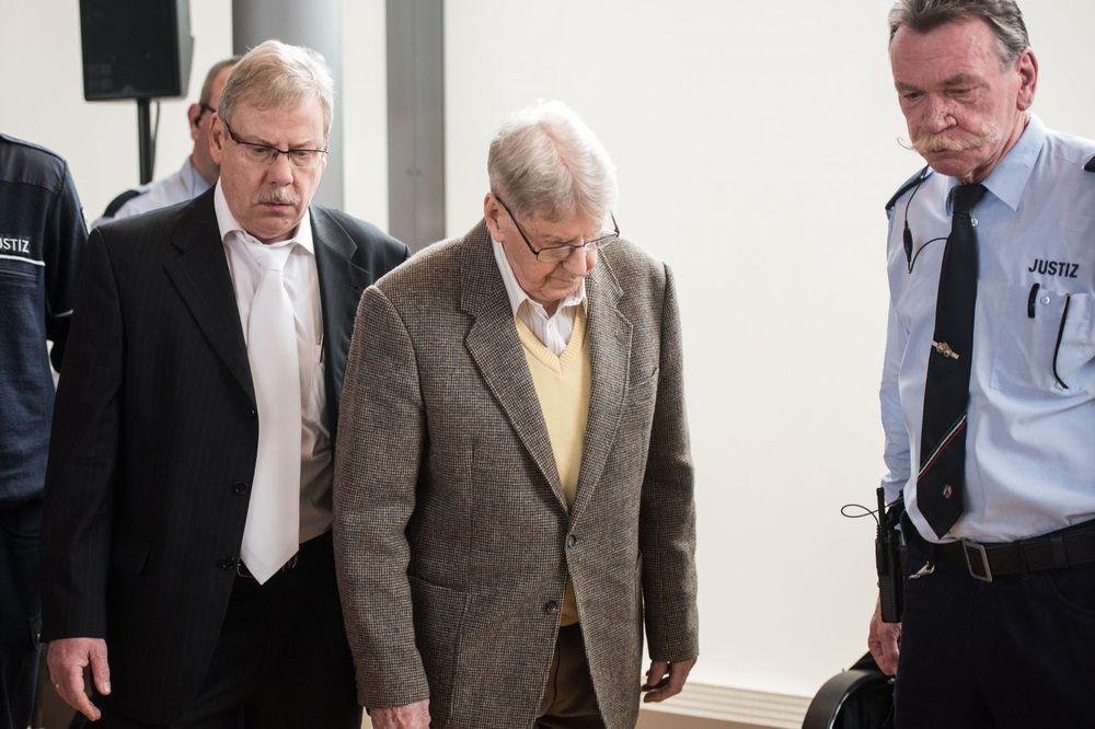 (VIDEO, FOTO) STIGLA GA RUKA PRAVDE: Čuvar Aušvica konačno pred sudom